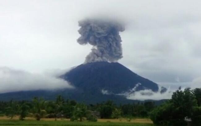 Gunung Agung Kembali Muntahkan Material Vulkanik