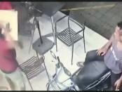 Rekaman CCTV yang menunjukkan pelaku menyerang pengunjung swalayan - foto: screenshot