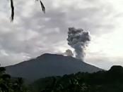 Erupsi Gunung Agung yang terekam kamera pemantau milik Passbaya Gunung Agung pada, Senin 15 Januari 2018 pukul 07.23 wita - foto: Screenshoot