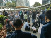 Warga dan petugas membantu korban dalam insiden robohnya Balkon lantai 1 Tower 2 Gedung Bursa Efek Indonesia - foto: Istimewa