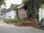 Karena rapuh, tembok Pagar Dalem Prabuwinoto di sisi barat Keraton Kasunanan Surakarta, rubuh kemarin, Senin (15/1/2018) - foto: Koranjuri.com