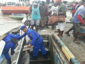Satgas Gabungan melakukan evakuasi terhadap anak-anak penderita gizi buruk dan warga yang mengalami masalah kesehatan di DistrikAtsj, Kabupaten Asmat, Papua, Jumat, 19 Januari 2018 - foto: Istimewa