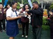 Pemotongan kue pada perayaan HUT Ke-51 SMP Wisata Sanur - foto: Koranjuri.com