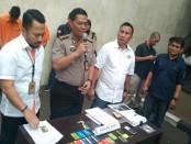 Kabid Humas Polda Metro Jaya Kombes Argo Yuwono menunjukkan sejumlah barang bukti terkait pembobolan ATM - foto: Bob/Koranjuri.com