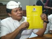 I Ketut Sudikerta menunjukkan Surat Rekomendasi sebagai Cagub Bali dari DPP Partai Golkar.  Rekomendasi diterima Ketut Sudikerta di Monumen Bajrasandi pada 24 Mei 2017 lalu - foto: Istimewa
