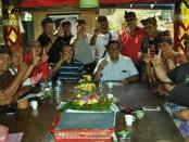 Keterangan foto: Dukungan warga Desa Kaba-Kaba, Cempaka dan Nyambu disampaikan saat bertemu Ketua DPC PDI Perjuangan Tabanan Komang Gede Sanjaya di Desa Kaba-Kaba, Jumat (17/2/2018) sore - foto: Istimewa