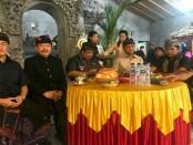 calon wakil gubernur Tjokorda Oka Arta Ardana Sukawati (Cok Ace) menghadiri undangan ngaben massal di desa tersebut, Kamis (22/2/2018) - foto: Istimewa
