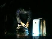 Tas yang diduga berisi bom, saat dievakuasi anggota Brimob, Kutoarjo - foto: Sujono/Koranjuri.com