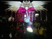 Tata panggung Festival Karmany (FKS) X SMANSA dengan menyulap halaman SMA Negeri 1 Denpasar menjadi arena konser - foto: Koranjuri.com