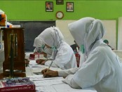 Para siswa kelas XII SMK Kesehatan Purworejo, dari jurusan keperawatan dan farmasi, saat mengikuti Ujian Sertifikasi Kompetensi dan Ujian Kompetensi yang diadakan oleh LSP Asnakes, dari Rabu (21/2) hingga Sabtu (24/2) - foto: Sujono/Koranjuri.com