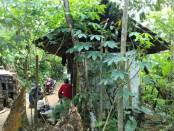 Jumaryanto, warga Dusun Sibentar RT 02 RW 03, Desa Tlogoguwo, Kecamatan Kaligesing, Kabupaten Purworejo, terpaksa tinggal di kandang kambing bersama keluarganya - foto: Sujono/Koranjuri.com