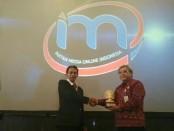 Ketua DPW Bali IMO Indonesia, Wahyu Siswadi menyerahkan cenderamata kepada tamu undangan pada acara Rakernas I IMO Indonesia di Bali, 13-15 Februari 2018 - foto: Istimewa