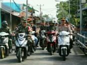 Panglima TNI Marsekal TNI Hadi Tjahjanto dan Kapolda Papua Boy Raffi Amar tiba di Pelabuhan Baru Agats menuju Rumah Sakit dengan menggunakan sepeda motor - foto: Istimewa