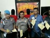 Kepolisian Sektor Tambun Bekasi menunjukkan barang bukti tawuran pelajar dengan korban satu orang menderita luka bacok di paha dan lengan - foto: Bob/Koranjuri.com