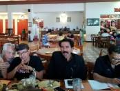 Ketua Dewan Pimpinan Unit (DPU) Taksi Organda Bali, Wayan Pande Sudirta (baju hitam/tengah) memberikan keterangan pers - foto: Koranjuri.com