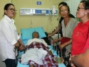 Ni Putu Putri Suastini, istri Calon Gubernur Bali, I Wayan Koster, datang membezuk I Gusti Putu Mungkreng (74) yang terbaring sakit di RS Sanglah, Denpasar - foto: Istimewa