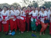 Seniman Ni Putu Putri Suastini yang merupakan istri dari Cagub nomer urut 1, Wayan Koster berbaur bersama para penari Pendet dari desa Adat Buduk, Mengwi, Senin, 19 Maret 2018 - foto: Koranjuri.com