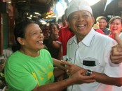 Tawa lepas Koster bertemu kawan semasa duduk di bangku Sekolah Dasar, Jro Nengah Darsini. Cagub Bali nomer urut 1 itu mengunjungi Pasar Umum Negara di Jembrana, Kamis (22/3/2018) - foto: Istimewa