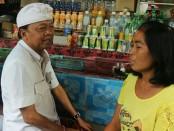 I Wayan Koster bercengkrama bersama pedagang di Pasar Kidul Bangli, Sabtu, 24 Maret 2018 - foto: Istimewa