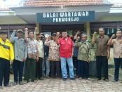 Bambang Yoso, dari LPRI Jawa Tengah, saat mendampingi warga Desa Wero, Ngombol, dalam audensi di balai wartawan Purworejo, Minggu (25/3) - foto: Sujono/Koranjuri.com