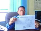 Direktur PDAM Purworejo, Hermawan Wahyu Utomo, ST, menunjukkan rencana pembangunan Instalasi Pengolahan Air Bagelen - foto: Sujono/Koranjuri.com