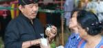 Nikmati Jamu di Pasar Sangsit, Cok Ace Jadi Idola Ibu-ibu Pedagang