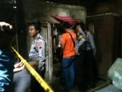 Polisi saat melakukan olah TKP di rumah korban, di Dukuh Sucen, RT 02 RW 03, Desa Semawung, Purworejo, Senin (5/3) - foto: Sujono/Koranjuri.com