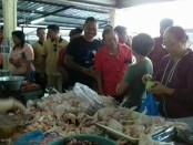 Bercengkrama dengan pedagang, Cagub I Wayan Koster melihat potensi bisnis di pasar tradisional akan terus berkembang. Cagub I Wayan Koster berpasangan dengan Cokorda Oka Artha Ardhana Sukawati (Koster-Ace) dalam Pilgub Bali 2018 - foto: Istimewa