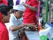 Cagub Nomer urut 1 I Wayan Koster menikmati kudapan di Pasar Senggol Klungkung - foto: Istimewa