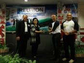 Penyerahan LCD Proyektor dari alumni SMPN 7 Denpasar angkatan 87 yang diterima kepala sekolah Titik Wahyani - foto: Koranjuri.com