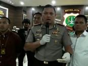 Kapolres Jakarta Barat Kombes Hengki Heryadi didampingi Kasat Narkoba Polres Jakarta Barat AKBP Suhermanto ( baju putih) - foto: Bob/Koranjuri.com