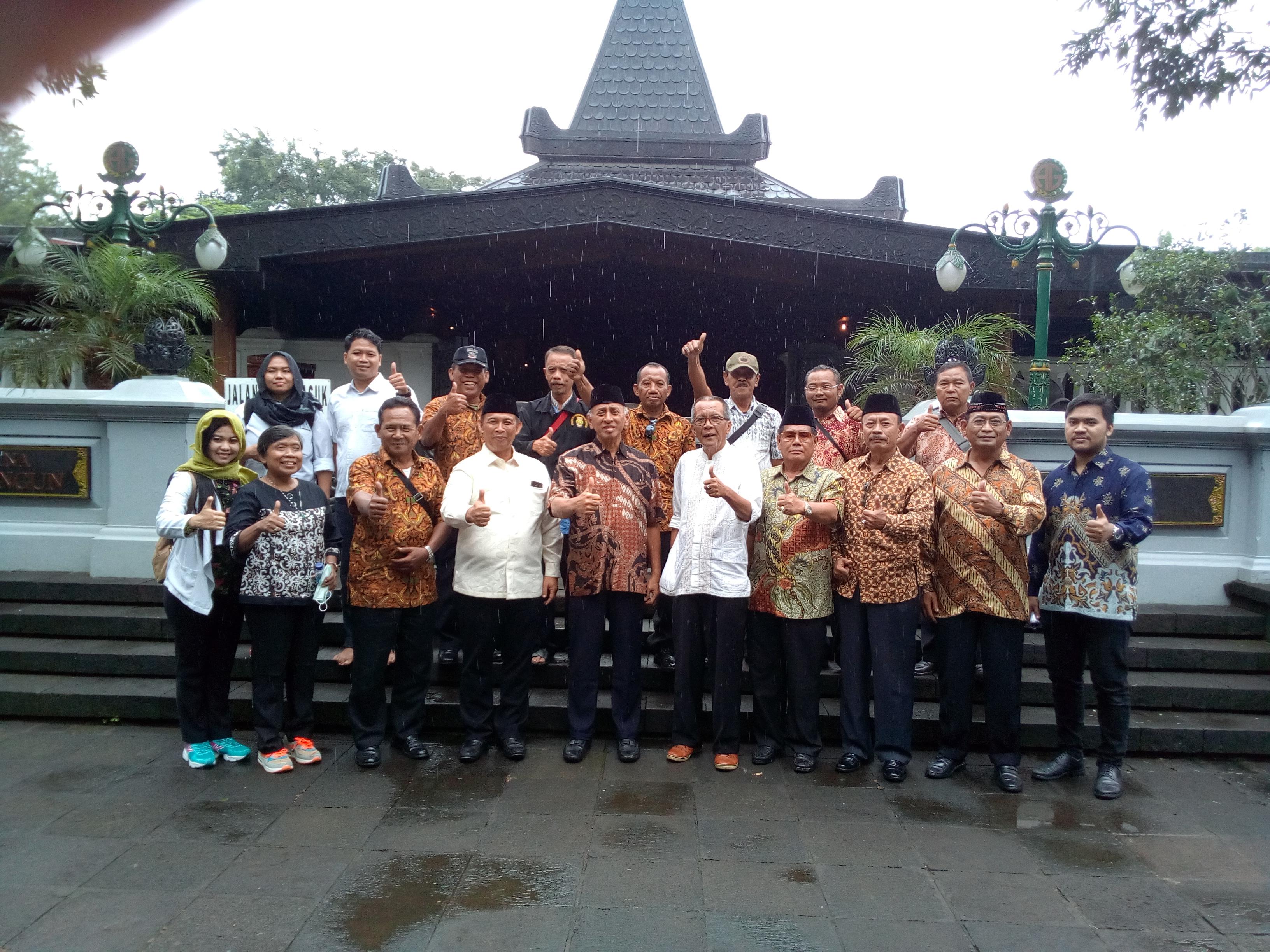Keteran foto: Sri Eko Sapto Wijaya dan mantan Jenderal foto bersama di astana giribangun /foto: koranjuri.com