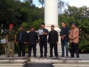 Keterangan foto :Eko Sriyanto Gal Gendu bersama para budayawan saat membacakan surat terbuka untuk Prabowo Subianto di tugu lilin kebangsaa n Solo/ foto: koranjuri.com
