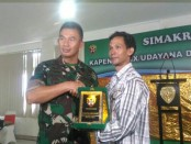 Pangdam IX/Udayana Mayjen TNI Benny Susianto memberikan cenderamata Warasatra Pesan Sakti kepada Ketua DPW IMO-Indonesia Provinsi Bali, Wahyu Siswadi - foto: Istimewa