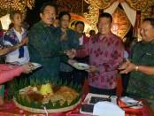 Kepala SMP Negeri 3 Denpasar, I Wayan Murdana memotong tumpeng pada perayaan HUT Ke-39 SMP Negeri 3 Denpasar - foto: Istimewa