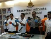 Polisi menangkap 3 pelaku penipuan dengan kartu kredit melalui database yang dijual secara online - foto: Bob/Koranjuri.com