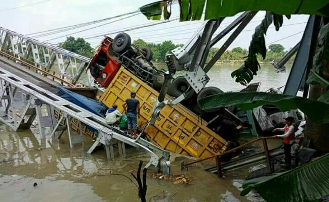 Salah satu truk yang terguling ketika melintasi jembatan Widang, Kabupaten Tuban dan Kecamatan Babat, Kabupaten Lamongan, Selasa (17/4/2018) siang - foto: Istimewa