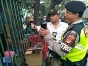 Kepolisian Sektor Tanjung Duren bersama Polres Metro Jakarta Barat gencar melakukan razia minuman keras (miras) di wilayah hukum Kecamatan Grogol Petamburan Jakarta Barat, Selasa (17/04/2018) - foto: Bob/Koranjuri.com