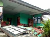 Warga terdampak gempa Banjarnegara mencoba membersihkan puing-puing rumah yang runtuh - foto: Istimewa