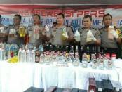 Polda Metro Jaya gelar hasil razia peredaran minuman keras oplosan dari 147 tempat kejadian perkara pada periode Maret dan April 2018 - foto: Bob/Koranjuri.com