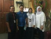 Kepala SMK PGRI 3 Denpasar, I Nengah Madiadnyana (kiri) bersama petugas Inspektorat yang memantau pelaksanaan UNBK hati pertama di sekolah itu - foto: Istimewa