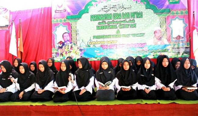 Para siswa peserta Khotmil Qur'an, dalam peringatan Isra' Mi'raj -  foto: Sujono/Koranjuri.com