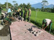 Pavingisasi di kegiatan TMMD Ke-101 di Desa Pangsan, Kecamatan Petang, Kabupaten Badung - foto: Istimewa