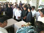 Calon Wakil Gubernur Bali nomer urut 1, Tjok Oka Artha Ardhana Sukawati (Cok Ace), menghadiri kremasi maestro tari Gusti Ayu Raka Rasmi - foto: Istimewa