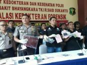 Kapolres Jakarta Barat Kombes Hengki Haryadi memberikan keterangan pers di RS Polri Kramat Jati, Kamis, 26 April 2018 - foto: Bob/Koranjuri.com