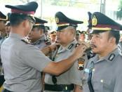Kapolres Kebumen, AKBP Arief Bahtiar, saat memimpin upacara sertijab tujuh perwira, Senin (30/4), di Mapolres Kebumen - foto: Sujono/Koranjuri.com