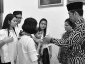 Presiden Jokowi Widodo bersama Ibu Negara Iriana Jokowi Widodo melayat ke rumah duka almarhum Ignatius Didit Supriyadi, Selasa 3 April 2018 - foto: Istimewa