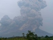 Semburan abu vulkanik mencapai ketinggian 5.000 meter saat Gunung Sinabung meletus pada 6 April 2018 pukul 16.07 wib - foto: Istimewa