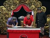 Pasangan kandidat nomer urut 1 Koster-Ace melakukan penandatanganan MoU dana kampanye - foto: Istimewa