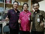 Wakasek Kurikulum, Cok Anom Wiratmaja, S.Pd., M.Pd (kiri) M. Rida, S.Pd., M.Pd (tengah) dan Wakasek Humas, Drs. I Gede Sugita M.Pd (kanan) - foto: Koranjuri.com